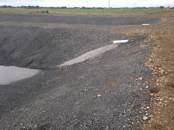 Concreted slipway for effluent entry into the sludge beds